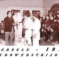 <strong>Judoclub Herzele  -  Met judoka Rudy Van Peteghem  -  1977</strong><br> ©Herzele in Beeld<br><br><a href='https://www.herzeleinbeeld.be/Foto/1572/Judoclub-Herzele-----Met-judoka-Rudy-Van-Peteghem-----1977'><u>Meer info over de foto</u></a>