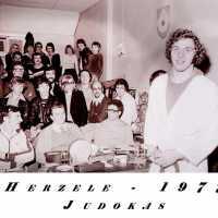 <strong>Judoclub Herzele  -  Met judoka Rudy Van Peteghem  -  1977</strong><br> ©Herzele in Beeld<br><br><a href='https://www.herzeleinbeeld.be/Foto/1573/Judoclub-Herzele-----Met-judoka-Rudy-Van-Peteghem-----1977'><u>Meer info over de foto</u></a>