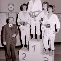 <strong>Judoclub Herzele  -  Met judoka Rudy Van Peteghem  -  1977</strong><br>01-01-1977 ©Herzele in Beeld<br><br><a href='https://www.herzeleinbeeld.be/Foto/1574/Judoclub-Herzele-----Met-judoka-Rudy-Van-Peteghem-----1977'><u>Meer info over de foto</u></a>