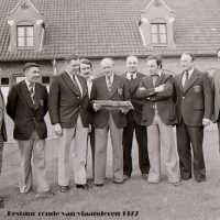 <strong>Bestuur Ronde Van Vlaanderen</strong><br>1977 ©Herzele in Beeld<br><br><a href='https://www.herzeleinbeeld.be/Foto/1591/Bestuur-Ronde-Van-Vlaanderen'><u>Meer info over de foto</u></a>