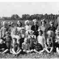 <strong>Wijkschool aan station  -  1954/55</strong><br>1954 ©Herzele in Beeld<br><br><a href='https://www.herzeleinbeeld.be/Foto/1646/Wijkschool-aan-station-----1954/55'><u>Meer info over de foto</u></a>