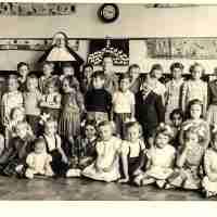 <strong>Wijk (kleuter) school aan station  -  1953/54</strong><br>1953 ©Herzele in Beeld<br><br><a href='https://www.herzeleinbeeld.be/Foto/1647/Wijk-(kleuter)-school-aan-station-----1953/54'><u>Meer info over de foto</u></a>