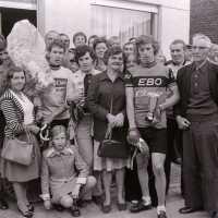<strong>Wielrennen te Borsbeke  -  1977</strong><br> ©Herzele in Beeld<br><br><a href='https://www.herzeleinbeeld.be/Foto/1696/Wielrennen-te-Borsbeke-----1977'><u>Meer info over de foto</u></a>