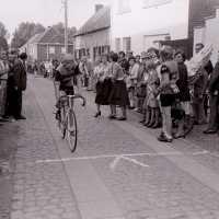 <strong>Wielrennen te Borsbeke  -  1977</strong><br> ©Herzele in Beeld<br><br><a href='https://www.herzeleinbeeld.be/Foto/1697/Wielrennen-te-Borsbeke-----1977'><u>Meer info over de foto</u></a>