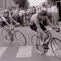 <strong>Wielrennen te Borsbeke  -  1977</strong><br> ©Herzele in Beeld<br><br><a href='https://www.herzeleinbeeld.be/Foto/1699/Wielrennen-te-Borsbeke-----1977'><u>Meer info over de foto</u></a>