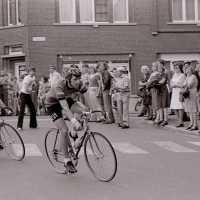 <strong>Wielrennen te Borsbeke  -  1977</strong><br> ©Herzele in Beeld<br><br><a href='https://www.herzeleinbeeld.be/Foto/1701/Wielrennen-te-Borsbeke-----1977'><u>Meer info over de foto</u></a>