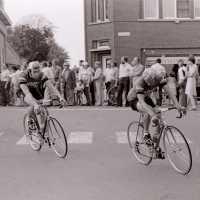 <strong>Wielrennen te Borsbeke  -  1977</strong><br> ©Herzele in Beeld<br><br><a href='https://www.herzeleinbeeld.be/Foto/1702/Wielrennen-te-Borsbeke-----1977'><u>Meer info over de foto</u></a>