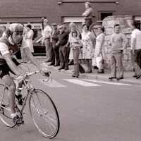 <strong>Wielrennen te Borsbeke  -  1977</strong><br> ©Herzele in Beeld<br><br><a href='https://www.herzeleinbeeld.be/Foto/1703/Wielrennen-te-Borsbeke-----1977'><u>Meer info over de foto</u></a>