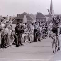 <strong>Wielrennen te Borsbeke  -  1977</strong><br> ©Herzele in Beeld<br><br><a href='https://www.herzeleinbeeld.be/Foto/1704/Wielrennen-te-Borsbeke-----1977'><u>Meer info over de foto</u></a>