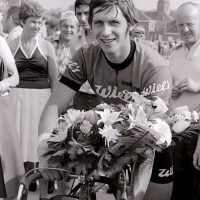 <strong>Wielrennen te Borsbeke  -  1977</strong><br>01-01-1977 ©Herzele in Beeld<br><br><a href='https://www.herzeleinbeeld.be/Foto/1706/Wielrennen-te-Borsbeke-----1977'><u>Meer info over de foto</u></a>
