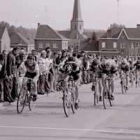 <strong>Wielrennen te Borsbeke  -  1977</strong><br> ©Herzele in Beeld<br><br><a href='https://www.herzeleinbeeld.be/Foto/1708/Wielrennen-te-Borsbeke-----1977'><u>Meer info over de foto</u></a>