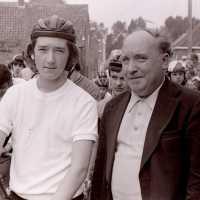 <strong>Wielrennen te Borsbeke  -  1977</strong><br> ©Herzele in Beeld<br><br><a href='https://www.herzeleinbeeld.be/Foto/1710/Wielrennen-te-Borsbeke-----1977'><u>Meer info over de foto</u></a>