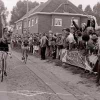 <strong>Wielrennen te Borsbeke  -  1977</strong><br> ©Herzele in Beeld<br><br><a href='https://www.herzeleinbeeld.be/Foto/1711/Wielrennen-te-Borsbeke-----1977'><u>Meer info over de foto</u></a>