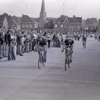 <strong>Wielrennen te Borsbeke  -  1977</strong><br> ©Herzele in Beeld<br><br><a href='https://www.herzeleinbeeld.be/Foto/1715/Wielrennen-te-Borsbeke-----1977'><u>Meer info over de foto</u></a>