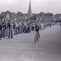 <strong>Wielrennen te Borsbeke  -  1977</strong><br> ©Herzele in Beeld<br><br><a href='https://www.herzeleinbeeld.be/Foto/1716/Wielrennen-te-Borsbeke-----1977'><u>Meer info over de foto</u></a>