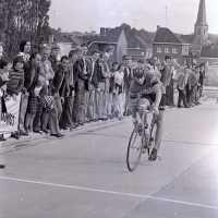 <strong>Wielrennen te Borsbeke  -  1977</strong><br> ©Herzele in Beeld<br><br><a href='https://www.herzeleinbeeld.be/Foto/1717/Wielrennen-te-Borsbeke-----1977'><u>Meer info over de foto</u></a>