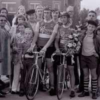 <strong>Wielrennen te Borsbeke  -  1977</strong><br> ©Herzele in Beeld<br><br><a href='https://www.herzeleinbeeld.be/Foto/1718/Wielrennen-te-Borsbeke-----1977'><u>Meer info over de foto</u></a>