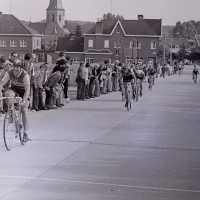 <strong>Wielrennen te Borsbeke  -  1977</strong><br> ©Herzele in Beeld<br><br><a href='https://www.herzeleinbeeld.be/Foto/1719/Wielrennen-te-Borsbeke-----1977'><u>Meer info over de foto</u></a>