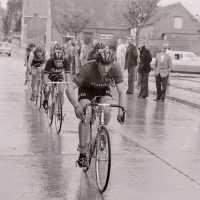<strong>Wielrennen te Borsbeke  -  1977</strong><br> ©Herzele in Beeld<br><br><a href='https://www.herzeleinbeeld.be/Foto/1720/Wielrennen-te-Borsbeke-----1977'><u>Meer info over de foto</u></a>