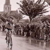<strong>Wielrennen te Borsbeke  -  1977</strong><br> ©Herzele in Beeld<br><br><a href='https://www.herzeleinbeeld.be/Foto/1721/Wielrennen-te-Borsbeke-----1977'><u>Meer info over de foto</u></a>