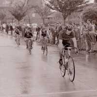 <strong>Wielrennen te Borsbeke  -  1977</strong><br> ©Herzele in Beeld<br><br><a href='https://www.herzeleinbeeld.be/Foto/1722/Wielrennen-te-Borsbeke-----1977'><u>Meer info over de foto</u></a>