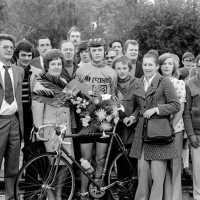 <strong>Wielrennen te Borsbeke  -  1977</strong><br> ©Herzele in Beeld<br><br><a href='https://www.herzeleinbeeld.be/Foto/1724/Wielrennen-te-Borsbeke-----1977'><u>Meer info over de foto</u></a>