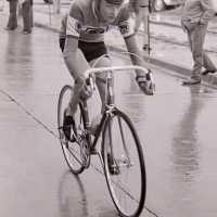 <strong>Wielrennen te Borsbeke  -  1977</strong><br> ©Herzele in Beeld<br><br><a href='https://www.herzeleinbeeld.be/Foto/1725/Wielrennen-te-Borsbeke-----1977'><u>Meer info over de foto</u></a>