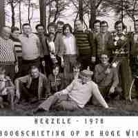 <strong>Boogschutters (deel 2)   -  1974 t.e.m. 1977</strong><br>01-01-1974 ©Herzele in Beeld<br><br><a href='https://www.herzeleinbeeld.be/Foto/1842/Boogschutters-(deel-2)------1974-t.e.m.-1977'><u>Meer info over de foto</u></a>