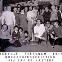 <strong>Boogschutters (deel 2)   -  1974 t.e.m. 1977</strong><br>1976 ©Herzele in Beeld<br><br><a href='https://www.herzeleinbeeld.be/Foto/1851/Boogschutters-(deel-2)------1974-t.e.m.-1977'><u>Meer info over de foto</u></a>