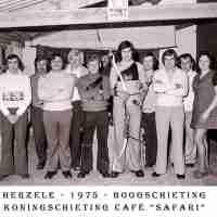 <strong>Boogschutters (deel 2)   -  1974 t.e.m. 1977</strong><br>1975 ©Herzele in Beeld<br><br><a href='https://www.herzeleinbeeld.be/Foto/1854/Boogschutters-(deel-2)------1974-t.e.m.-1977'><u>Meer info over de foto</u></a>