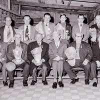 <strong>Duivenkampioenen te Hillegem  -  1979</strong><br>1979 ©Herzele in Beeld<br><br><a href='https://www.herzeleinbeeld.be/Foto/1882/Duivenkampioenen-te-Hillegem-----1979'><u>Meer info over de foto</u></a>