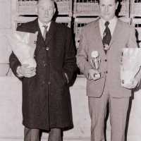 <strong>Duivenkampioenen te Hillegem  -  1979</strong><br>1979 ©Herzele in Beeld<br><br><a href='https://www.herzeleinbeeld.be/Foto/1883/Duivenkampioenen-te-Hillegem-----1979'><u>Meer info over de foto</u></a>