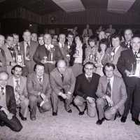 <strong>Duivenkampioenen groot Herzele  -  1979</strong><br>1979 ©Herzele in Beeld<br><br><a href='https://www.herzeleinbeeld.be/Foto/1884/Duivenkampioenen-groot-Herzele-----1979'><u>Meer info over de foto</u></a>