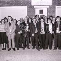 <strong>Duivenclub de Snelvliegers  -  Sint-Lievens-Esse  -  1979</strong><br>1979 ©Herzele in Beeld<br><br><a href='https://www.herzeleinbeeld.be/Foto/1886/Duivenclub-de-Snelvliegers-----Sint-Lievens-Esse-----1979'><u>Meer info over de foto</u></a>