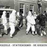 <strong>Kermis statie - Valschermspringen & stoet  -  1974</strong><br> ©Herzele in Beeld<br><br><a href='https://www.herzeleinbeeld.be/Foto/1997/Kermis-statie---Valschermspringen-&-stoet-----1974'><u>Meer info over de foto</u></a>