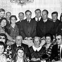 <strong>Gouden bruiloften  -  1975 + 76</strong><br>1975 ©Herzele in Beeld<br><br><a href='https://www.herzeleinbeeld.be/Foto/2003/Gouden-bruiloften-----1975-+-76'><u>Meer info over de foto</u></a>
