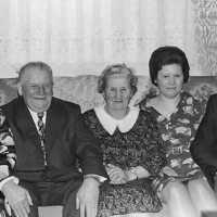 <strong>Gouden bruiloften  -  1975 + 76</strong><br>1975 ©Herzele in Beeld<br><br><a href='https://www.herzeleinbeeld.be/Foto/2004/Gouden-bruiloften-----1975-+-76'><u>Meer info over de foto</u></a>