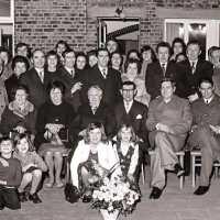 <strong>Gouden bruiloften  -  1975 + 76</strong><br>1975 ©Herzele in Beeld<br><br><a href='https://www.herzeleinbeeld.be/Foto/2010/Gouden-bruiloften-----1975-+-76'><u>Meer info over de foto</u></a>