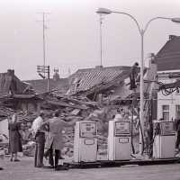 <strong>Ontploffing bij busbedrijf Van Den Bossche</strong><br>1976 ©Herzele in Beeld<br><br><a href='https://www.herzeleinbeeld.be/Foto/2021/Ontploffing-bij-busbedrijf-Van-Den-Bossche'><u>Meer info over de foto</u></a>