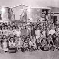 <strong>Gemeenteschool Hillegem - Sinterklaasfeest + busuitstap  -  1976</strong><br> ©Herzele in Beeld<br><br><a href='https://www.herzeleinbeeld.be/Foto/2039/Gemeenteschool-Hillegem---Sinterklaasfeest-+-busuitstap-----1976'><u>Meer info over de foto</u></a>