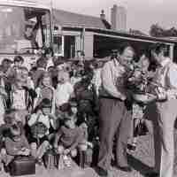 <strong>Gemeenteschool Hillegem - Sinterklaasfeest + busuitstap  -  1976</strong><br> ©Herzele in Beeld<br><br><a href='https://www.herzeleinbeeld.be/Foto/2040/Gemeenteschool-Hillegem---Sinterklaasfeest-+-busuitstap-----1976'><u>Meer info over de foto</u></a>