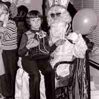 <strong>Gemeenteschool Hillegem - Sinterklaasfeest + busuitstap  -  1976</strong><br> ©Herzele in Beeld<br><br><a href='https://www.herzeleinbeeld.be/Foto/2044/Gemeenteschool-Hillegem---Sinterklaasfeest-+-busuitstap-----1976'><u>Meer info over de foto</u></a>