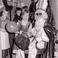 <strong>Gemeenteschool Hillegem - Sinterklaasfeest + busuitstap  -  1976</strong><br> ©Herzele in Beeld<br><br><a href='https://www.herzeleinbeeld.be/Foto/2047/Gemeenteschool-Hillegem---Sinterklaasfeest-+-busuitstap-----1976'><u>Meer info over de foto</u></a>