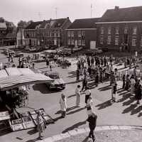<strong>Kunstmarkt Sint-Lievens-Esse</strong><br>1977 ©Herzele in Beeld<br><br><a href='https://www.herzeleinbeeld.be/Foto/2157/Kunstmarkt-Sint-Lievens-Esse'><u>Meer info over de foto</u></a>