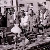 <strong>Kunstmarkt Sint-Lievens-Esse</strong><br>1977 ©Herzele in Beeld<br><br><a href='https://www.herzeleinbeeld.be/Foto/2159/Kunstmarkt-Sint-Lievens-Esse'><u>Meer info over de foto</u></a>