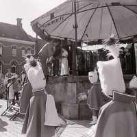 <strong>Kunstmarkt Sint-Lievens-Esse</strong><br>1977 ©Herzele in Beeld<br><br><a href='https://www.herzeleinbeeld.be/Foto/2166/Kunstmarkt-Sint-Lievens-Esse'><u>Meer info over de foto</u></a>