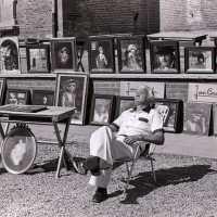 <strong>Kunstmarkt Sint-Lievens-Esse</strong><br>1977 ©Herzele in Beeld<br><br><a href='https://www.herzeleinbeeld.be/Foto/2169/Kunstmarkt-Sint-Lievens-Esse'><u>Meer info over de foto</u></a>