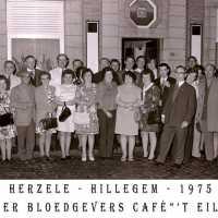 <strong>Souper Bloedgevers café 't Eiland</strong><br>1975 ©Herzele in Beeld<br><br><a href='https://www.herzeleinbeeld.be/Foto/2199/Souper-Bloedgevers-café-t-Eiland'><u>Meer info over de foto</u></a>