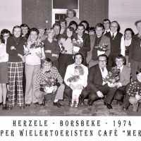 <strong>Souper (eetfestijn) allerlei verenigingen - 1974-75-76</strong><br> ©Herzele in Beeld<br><br><a href='https://www.herzeleinbeeld.be/Foto/2202/Souper-(eetfestijn)-allerlei-verenigingen---1974-75-76'><u>Meer info over de foto</u></a>