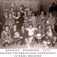 <strong>Souper (eetfestijn) allerlei verenigingen - 1974-75-76</strong><br> ©Herzele in Beeld<br><br><a href='https://www.herzeleinbeeld.be/Foto/2205/Souper-(eetfestijn)-allerlei-verenigingen---1974-75-76'><u>Meer info over de foto</u></a>